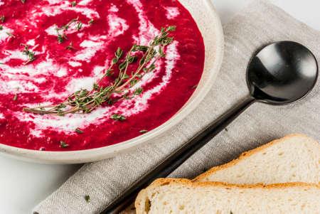 タイムとクリーム、白い大理石のテーブル、コピースペースと伝統的なビートルートクリームスープ