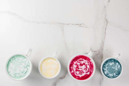 オーガニックビーガンラテコーヒー、カフェインレス - ウコン、ビートルート、海藻、抹茶。白い大理石の背景に、トップビューのコピースペース 写真素材