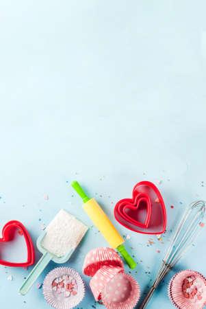 バレンタインデーのための甘いベーキングコンセプト、ベーキングで背景を調理 - ローリングピン、ホイップのための泡立て、クッキーカッター、