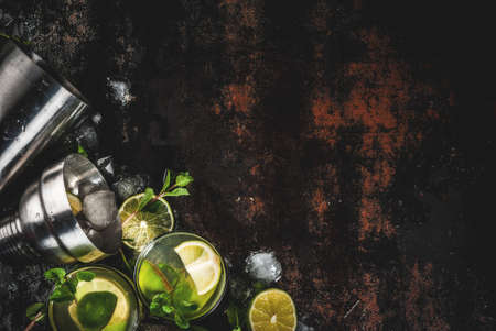 신선한 라임과 민트 잎, 어두운 녹슨 금속 배경, 복사 공간 평면도와 수제 레모네이드 또는 모히토 칵테일 스톡 콘텐츠