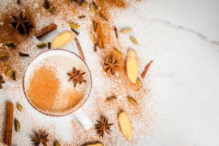 향신료 - 계 피, 카 다 몬, 아니 스, 흰색 배경 가진 전통적인 인도 masala 차이 티 차. 상위 뷰 복사 공간