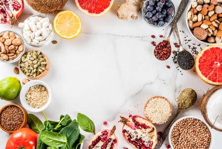 Satz organisches Lebensmittel der gesunden Diät, superfoods - Bohnen, Hülsenfrüchte, Nüsse, Samen, Grüns, Obst und Gemüse Weißer Hintergrundkopienraum. Draufsichtrahmen