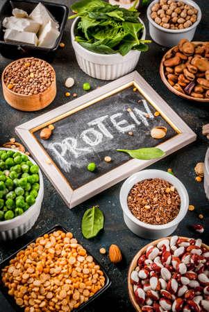 건강한 식단 완전 채식, 채소 단백질 공급원 : 두부, 완전 채식 우유, 콩, 렌즈 콩, 견과류, 두유, 시금치 및 씨앗. 흰색 테이블에 상위 뷰입니다.