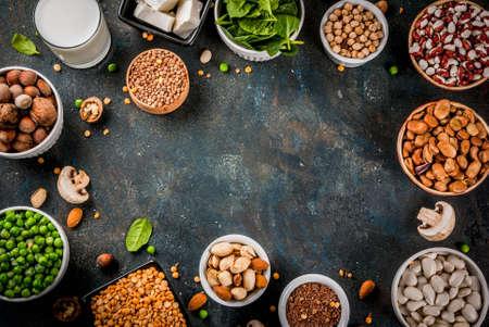 健康的な食事ビーガン食品、野菜タンパク質源:豆腐、ビーガンミルク、豆、レンズ豆、ナッツ、豆乳、ほうれん草、種子。白いテーブルの上のビュ 写真素材