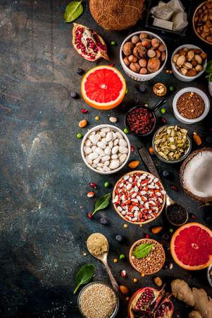 유기 건강 한 규정 식 음식, superfoods- 콩, 콩과 식물, 견과류, 씨앗, 채소, 과일 및 야채의 집합입니다. 어두운 파란색 배경 복사 공간 상위 뷰