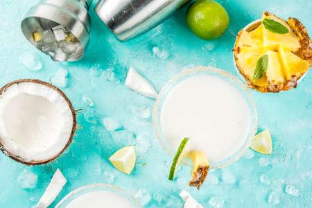 열 대 음료, 냉동 된 코코넛 파인애플 마가리타 냉동 된 피나 콜라, 데 킬 라, 파인애플 주스, 석회, 밝은 파란색 배경, 복사본 공간 상위 뷰 스톡 콘텐츠