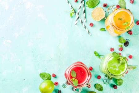 Frullati sani della verdura fresca e della frutta con gli ingredienti sulla tavola di cemento blu-chiaro, vista superiore dello spazio della copia