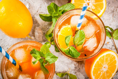 Cold summer drink. iced tea with lemon and mint, on grey stone background.  Copy space top view Banque d'images
