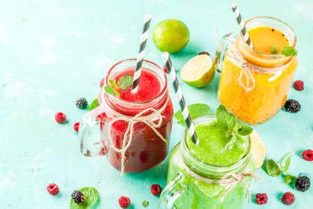 Gezonde vers fruit en veggie smoothies met ingrediënten op lichtblauwe concrete lijst, exemplaarruimte