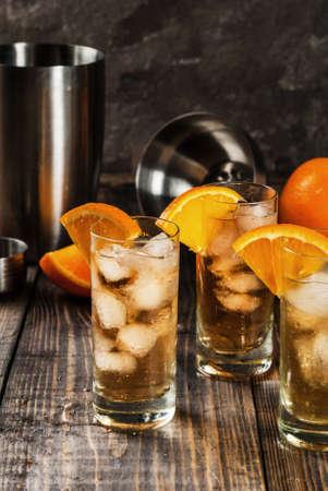 アルコールウォッカウイスキーオレンジハイボールカクテルオレンジガーニッシュ、木製のテーブルコピースペースに
