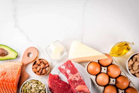 Ketogene Low Carb Diät-Konzept. Gesunde ausgewogene Ernährung mit hohem Gehalt an gesunden Fetten. Diät für Herz und Blutgefäße. Bestandteile des biologischen Lebensmittels, weißer Marmorhintergrund, Draufsicht des Kopienraumes Standard-Bild