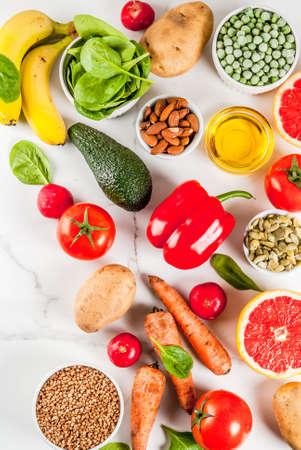 健康的な食品の背景、トレンディなアルカリ性食品 - 果物、野菜、穀物、ナッツ。オイル, 白い大理石の背景トップビューコピースペース