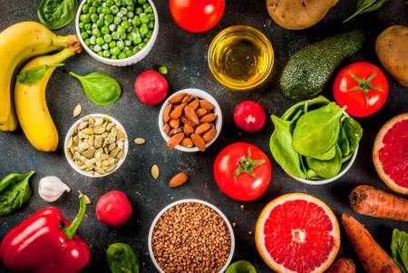 健康的な食品の背景、トレンディなアルカリ性ダイエット製品 - 果物、野菜、穀物、ナッツ。オイル, 上の濃い青色のコンクリートの背景