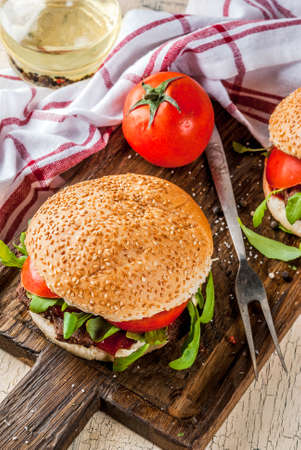 Homemade bbq beef meat sandwich burger with fresh vegetables copy space top view Banque d'images - 100148795
