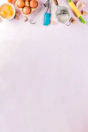 Ingredientes y utensilios para cocinar huevos para hornear, harina, azúcar, batidor, rodillo, sobre fondo rosa claro, vista superior del espacio de copia