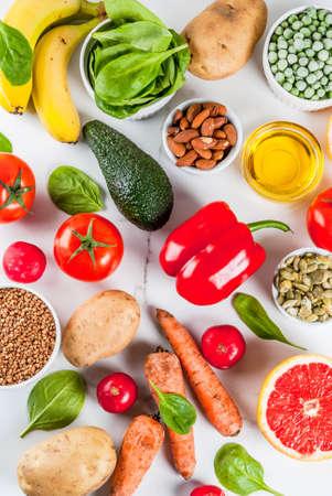 Gesunder Lebensmittelhintergrund, trendige alkalische Diätprodukte - Obst, Gemüse, Getreide, Nüsse. Öle, weißer Marmorhintergrund oben Standard-Bild - 101401158