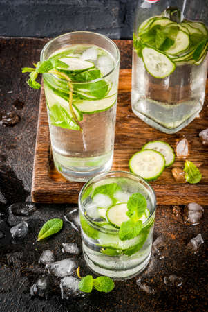 Summer fresh iced drink, mint and cucumber infused water, summer healthy detox mojito cocktail, light background copy space 版權商用圖片