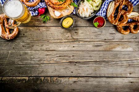 Menu alimentaire Oktoberfest, saucisses bavaroises avec bretzels, purée de pommes de terre, choucroute, bouteille de bière et mug vieux fond en bois rustique, copiez l'espace au-dessus
