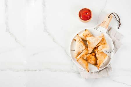 Asian food. Vegetarian samsa (samosas) with tomato sauce. white marble background copy space top view Stockfoto