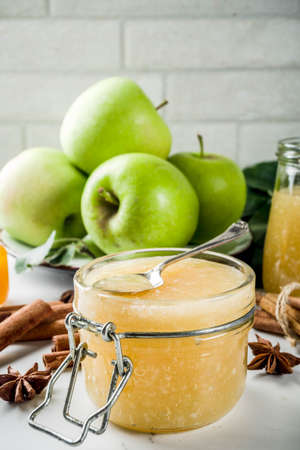 Homemade apple jam or sauce, with green apples and spices, white marble background copy space 免版税图像 - 110281503