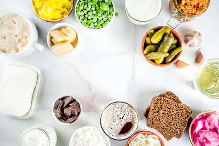 Super gezonde probiotische gefermenteerde voedselbronnen, dranken, ingrediënten, op witte marmeren achtergrond kopie ruimte bovenaanzicht