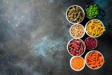 Alimentation saine tendance, concept de régime végétalien. Pâtes aux légumineuses multicolores avec haricots crus. Haricots, pois chiches, pois verts, lentilles. Copier la vue de dessus de l'espace Banque d'images
