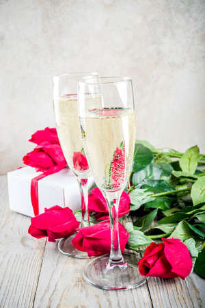 Valentine day concept, Red roses with two champagne glasses, copy space top view Standard-Bild - 116162285