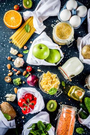Achats zéro déchet et concept de mode de vie durable, divers légumes biologiques de la ferme, céréales, pâtes, œufs et fruits dans des sacs de supermarché d'emballage réutilisables. copiez la vue de dessus de l'espace, table bleu darb Banque d'images