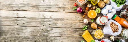 Winkelen zonder afval en duurzaam lifestyle-concept, verschillende biologische boerderijgroenten, granen, pasta, eieren en fruit in herbruikbare supermarktverpakkingen. kopieer ruimte bovenaanzicht, banner