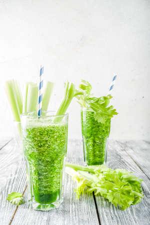 Gesundes veganes Essen und Trinken. Diät grüner Gurken- und Sellerie-Smoothie-Cocktail, auf einem hölzernen Hintergrund,