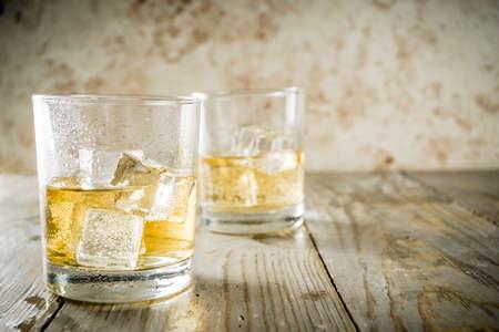 岩の上のアンバーウイスキー、短いガラスでアルコール飲料、木製の背景コピースペース 写真素材 - 121131773