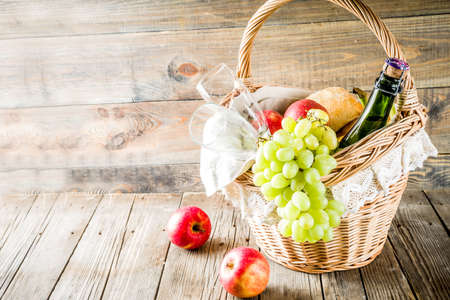 Picnic basket with food and drinks (fresh fruits, bread and wine bottle, glasses), copy space Banque d'images - 122318693