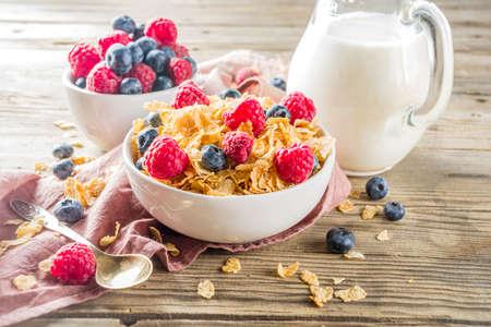 Healthy Corn Flakes for Breakfast with Milk and fresh summer berries Standard-Bild