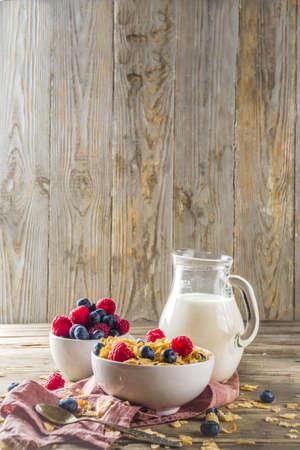 Gesunde Corn Flakes zum Frühstück mit Milch und frischen Sommerbeeren Standard-Bild