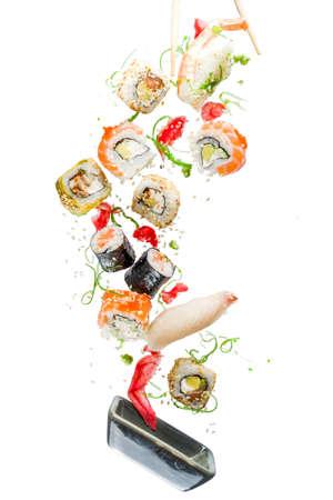 Nahtloses Muster mit Sushi. Essen abstrakten Hintergrund. Flying Sushi, Sashimi und Rollen auf dem weißen Hintergrund. Standard-Bild