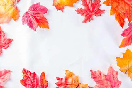 Simple autumn red yellow orange leaves pattern, flatlay top view Foto de archivo
