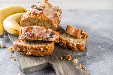 Homemade banana bread with walnuts, gray stone concrete background copy space, Vegan food. Фото со стока - 128517596