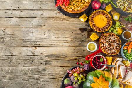 Thanksgiving-Familienessen Einstellung Konzept. Traditionelles Thanksgiving-Essen mit Truthahn, grünen Bohnen und Kartoffelpüree, Füllung, Kürbis-, Apfel- und Pekannusstorten, rustikaler Holztisch