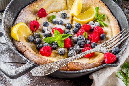 Sweet breakfast vegan dutch baby baked pancake with fruit and berries 스톡 콘텐츠