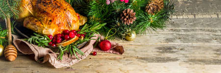 Traditional Christmas and Thanksgiving roasted whole chicken with fruit and rosemary. Stockfoto