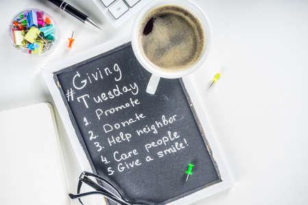 Pizarra con lista de tareas, ideas, tarea para dar martes. Notas a varias ayudas del martes. Concepto del Día Internacional de la Ayuda a la Caridad. Espacio de copia flatlay de escritorio blanco Foto de archivo
