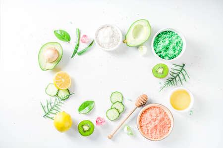 Concetto cosmetico naturale e biologico. Spa e aromaterapia, ingredienti cosmetici fatti in casa, estratti per prodotti di bellezza naturale per la cura della pelle miele, limone, mandorla, kiwi, cetriolo, aloe vera, sale, yogurt