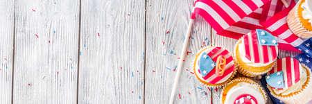 Fondo di congratulazioni del 4 luglio di Independence Day. Giorno dei veterani. Festa della Costituzione americana. Cartolina d'auguri di tradizione americana USA. Cupcake casalinghi patriottici con decorazioni con simboli delle americhe