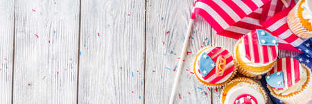 Unabhängigkeitstag 4. Juli Glückwünsche Hintergrund. Veteranen-Tag. Feiertag der amerikanischen Verfassung. USA-amerikanische Traditions-Grußkarte. Patriotische Cupcakes für Zuhause mit Amerika-Symbolen