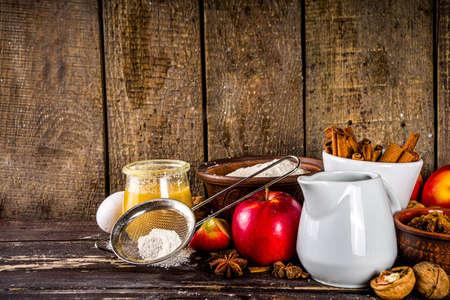 Concept de cuisson d'automne. Cuisson au four avec des ingrédients, des épices et des ustensiles. Tout ce dont vous avez besoin pour cuire une tarte aux pommes d'automne traditionnelle, sur un espace de copie de fond en bois rustique Banque d'images