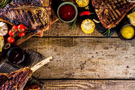 Ensemble de diverses viandes grillées, différents steaks de boeuf avec sauces. Steaks de boeuf barbecue - chateau mignon, t-bone, tomahawk, contre-filet, filet, steak new york. Fond rustique en bois