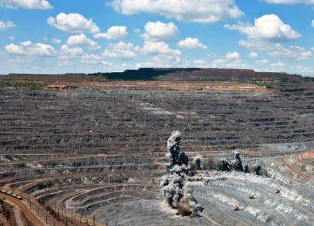 Bagger, LKW und schwere Technik in Tagebau