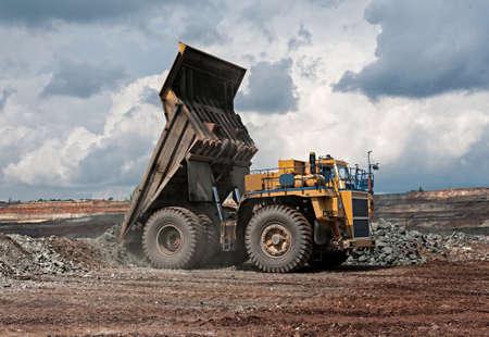 vertedero: carro de mina de mineral de hierro amarillo descargar Foto de archivo