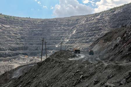 grandes camiones mineros amarillos en lugar de trabajo en la mina a cielo abierto Foto de archivo - 19981478