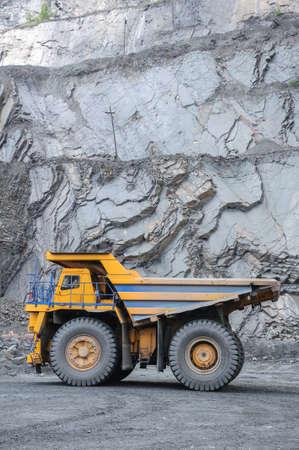 camion minero: imagen de gran cami�n pesado amarillo en mina a cielo abierto